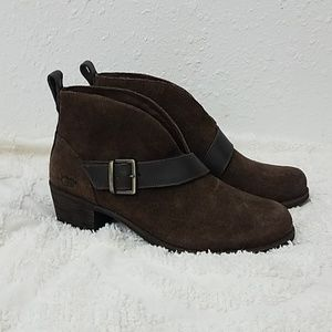 UGG ankle boots sz 7 brown with buckle accent